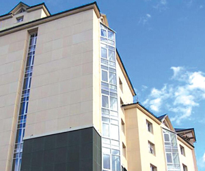 Известно, что оформление фасада играет важнейшую роль в эстетическом восприятии облика всего строения. Фасад - это своеобразная визитная карточка дома, но было бы ошибкой считать, что на этом его функции заканчиваются. От того, как и чем отделан фасад здания, во многом зависит и долговечность сооружения, и комфорт его обитателей. Поэтому к выбору соответствующих материалов и систем стоит отнестись со всей ответственностью. На сегодняшний день существуют несколько фасадных технологий