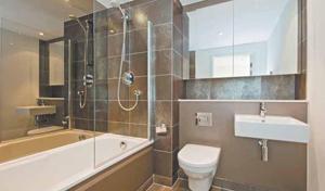 Ремонт ванной комнаты—ответственное и серьезное мероприятие. Во-первых, это помещение с большим уровнем влажности, а значит, не все отделочные материалы можно использовать. Во-вторых, отремонтированная ванная должна отвечать требованиям санитарной и прочей безопасности