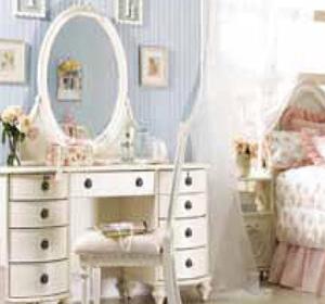 Зеркало выступает, пожалуй, одним из самых интересных элементов дизайна, который можно найти в любой квартире. Оно выполняет не только утилитарную функцию. Используя зеркало, можно получить интересные декоративные решения.