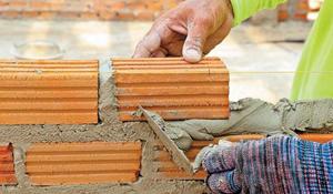 Кирпич — один из самых популярных строительных материалов. Он славится своей морозостойкостью, теплопроводностью, прочностью, долговечностью. Используя строительный кирпич, можно возвести постройку нестандартной конфигурации, любых форм и размеров. Однако работа с ним отнюдь не проста и имеет определенные нюансы.