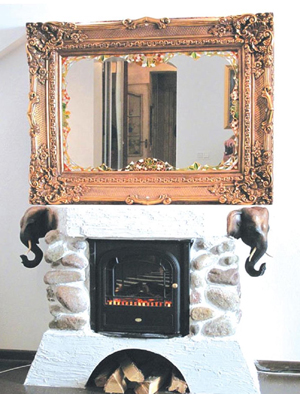 Издревле зеркала использовались в качестве предмета, способного преобразить, а, порой, и полностью изменить интерьер. Однако зеркало вполне способно справится с ролью самостоятельного декоративного элемента. Существуют тысячи возможных вариантов его оформления: от массивных рам с увесистыми канделябрами, полочками и светильниками до тонкой металлической окантовки в стиле high tech.